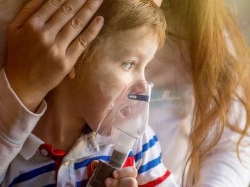 Imagen de un niño con asma (Archivo)