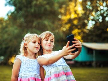 No existe una edad concreta a partir de la cual se recomiende el uso de móvil en menores, pero la tendencia es cada vez más restrictiva.