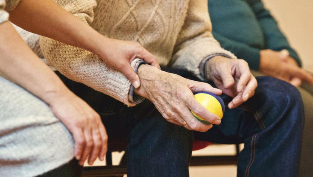 Alzheimer: El 80% de los pacientes está al cuidado de un familiar