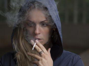 Adolescente fumando