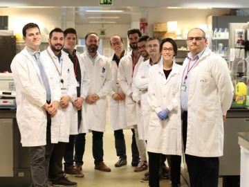 los autores de la investigación en el laboratorio