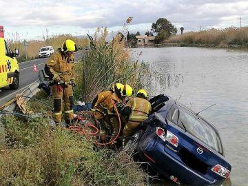 Bomberos en el accidente de circulación ocurrido en la carretera entre Elche y Dolores
