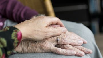 personas mayores dadas de la mano