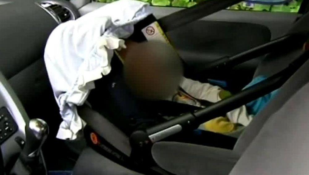 Imagen de archivo de un bebé en una sillita de coche