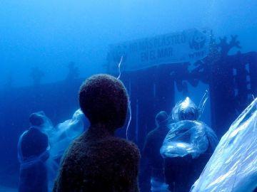 Esculturas del museo submarino de Lanzarote envueltas en plástico para denunciar la cantidad de este material en los océanos