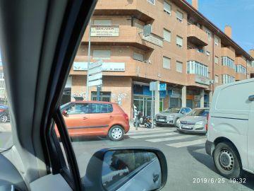 Cambiar  de lugar un metro el espejo que ayuda  a los conductores que bajan por la calle Virgen del Pilar en Collado Villalba