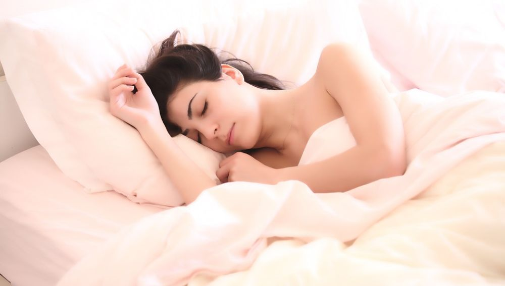 Los investigadores observaron que dormir entre 6 y 9 horas reduce el riesgo de padecer enfermedades cardiovasculares, incluso si la persona tiene predisposición genética