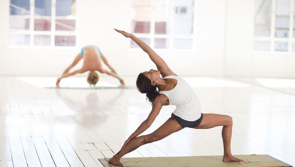 El Yoga o el Pilates son actividades perfectas para alternar con fuerza y cardio
