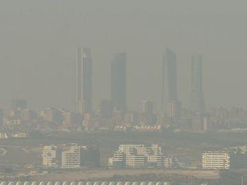 La última boina formada sobre el cielo de Madrid se ha producido a causa de los gases emitidos por vehículos y calefacciones