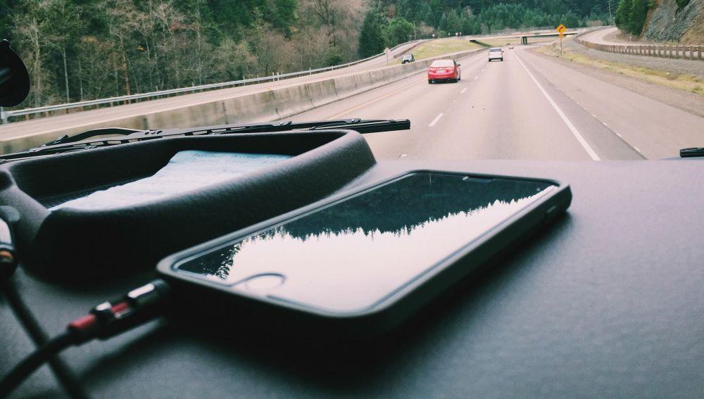 Un móvil cargandose dentro del coche