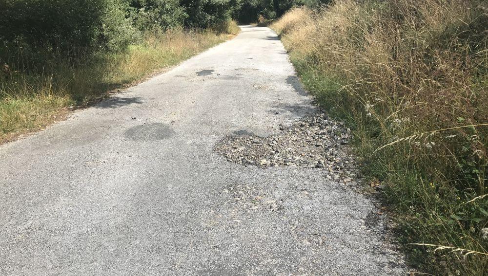 Carretera secundaria de acceso a la aldea de Medos pasando por san silvestre en Ourense