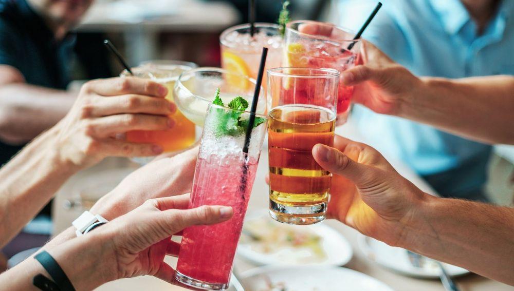personas bebiendo refrescos y alcohol