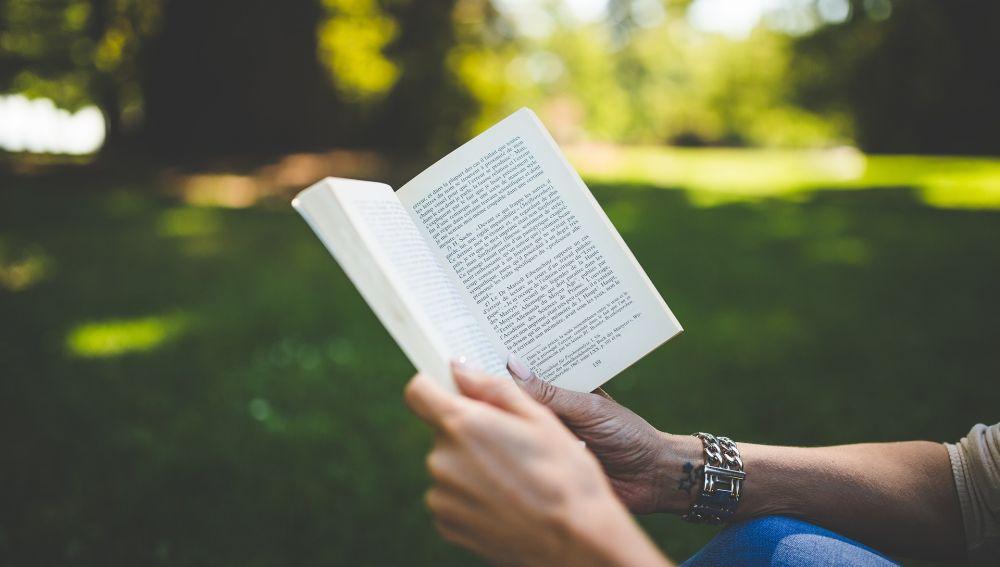 Mujer leyendo en un parque