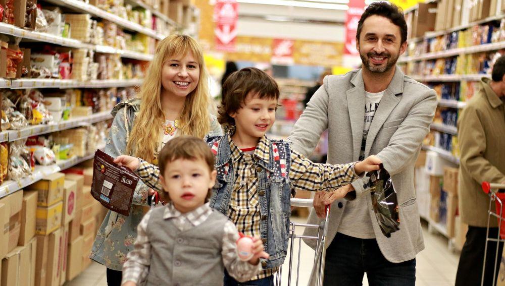 Familia haciendo la compra