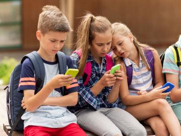 Menores enganchados al móvil