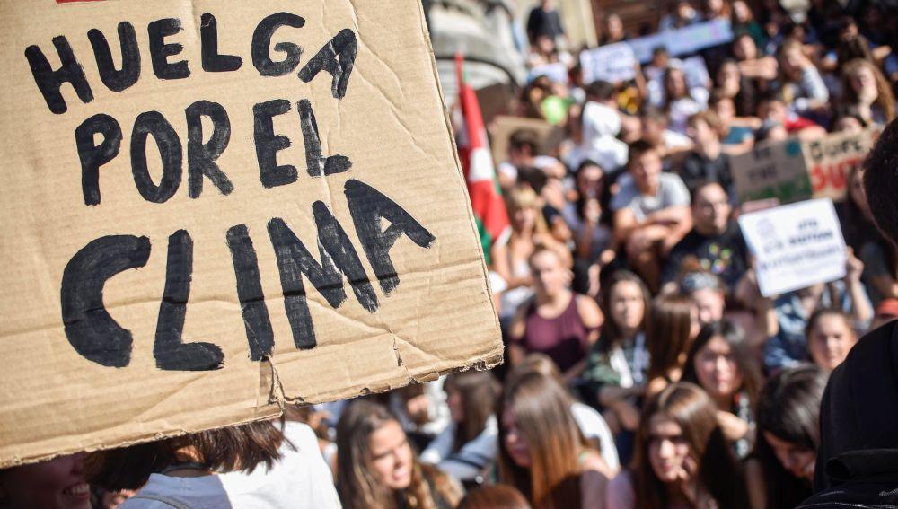 """Cientos de personas participan este viernes en una concentración convocada en Bilbao por diversos colectivos sociales con motivo de la """"Huelga Mundial por el Clima"""""""