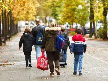 Varios niños se dirigen al colegio en Vitoria