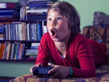 Menor fascinado con un videojuego