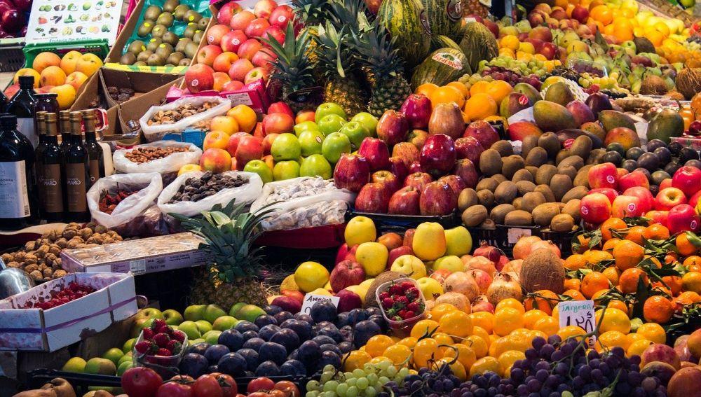 mercado con frutas y verduras