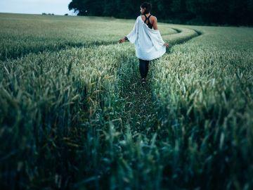 Mujer paseando en una zona verde