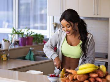 Mujer cortando fruta