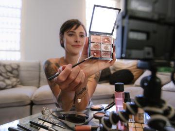 Influencer aconsejando cosméticos
