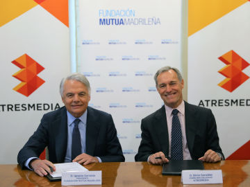 Ignacio Garralda (izquierda), presidente del Grupo Mutua Madrileña y de su Fundación, y Silvio González, consejero delegado de Atresmedia, han ratificado este lunes el compromiso de ambas compañías para combatir la violencia de género