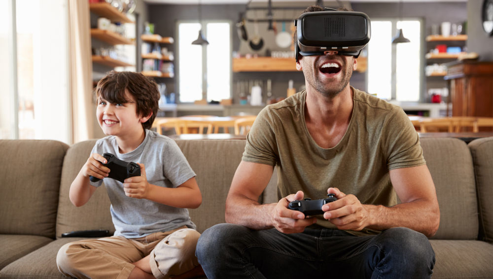 Los expertos abogan por establecer menos límites a las pantallas y compartirlas más con los niños.