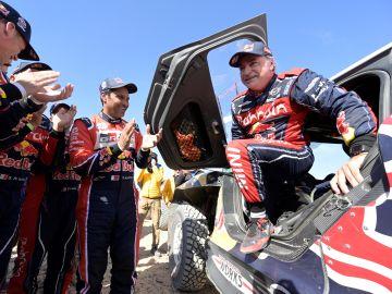Carlos Sainz se baja del coche tras ganar el Dakar 2020