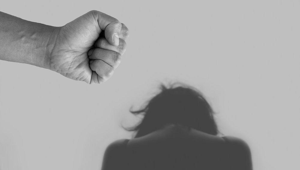 Imagen de un puño levantado a una víctima de violencia machista