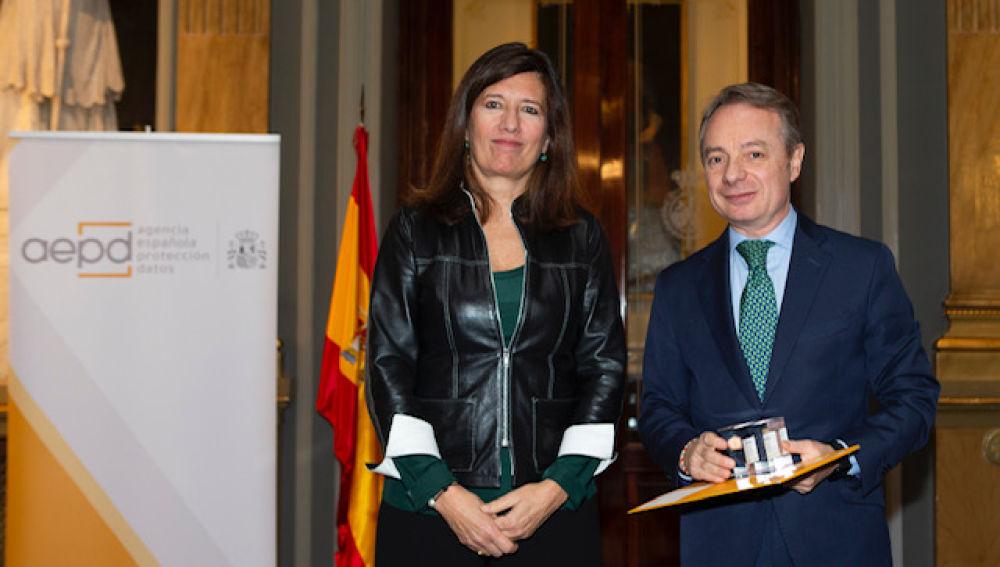 Mar España, directora de la AEPD, y Lorenzo Cooklin, director general Fundación Mutua Madrileña