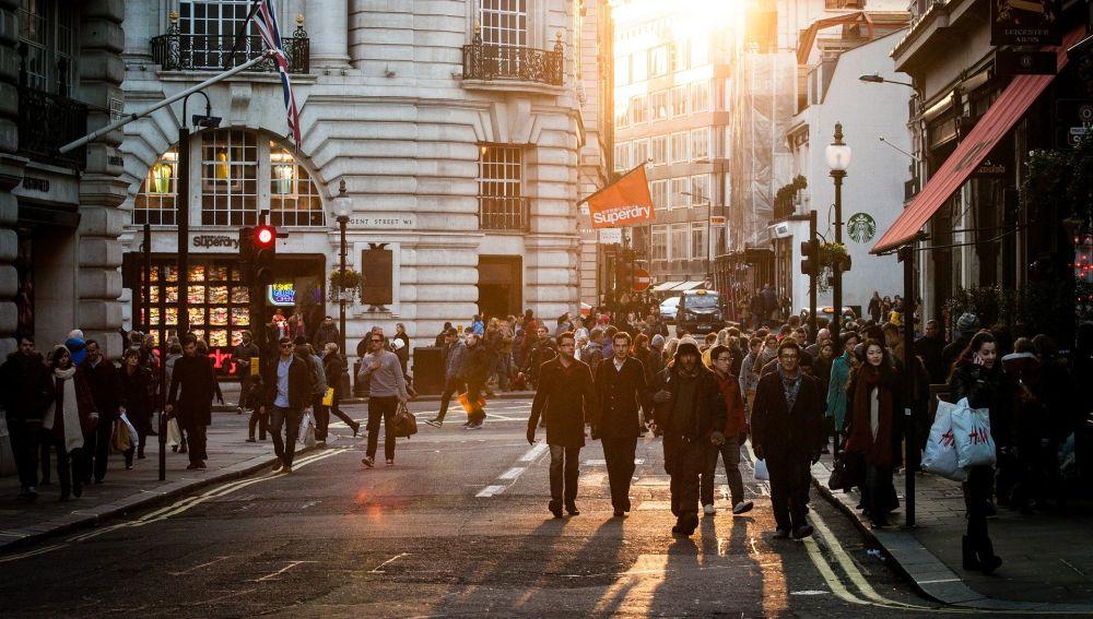 Peatones circulando por una calle