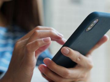 Algunos estudios señalan que no somos capaces de leer una hora seguida sin perder la concentración mirando el móvil.