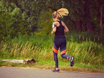 Mujer practicando running mientras escucha música