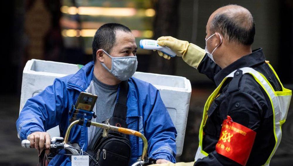 Un ciudadano chino pasando un reconocimiento ante la epidemia del coronavirus