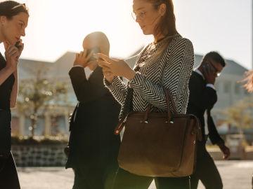 Si llevamos la vista puesta en el móvil se nos olvida mirar a derecha e izquierda al cruzar.