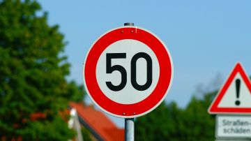 Señal de tráfico, límite 50 km/h