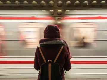 Pasajero esperando el metro