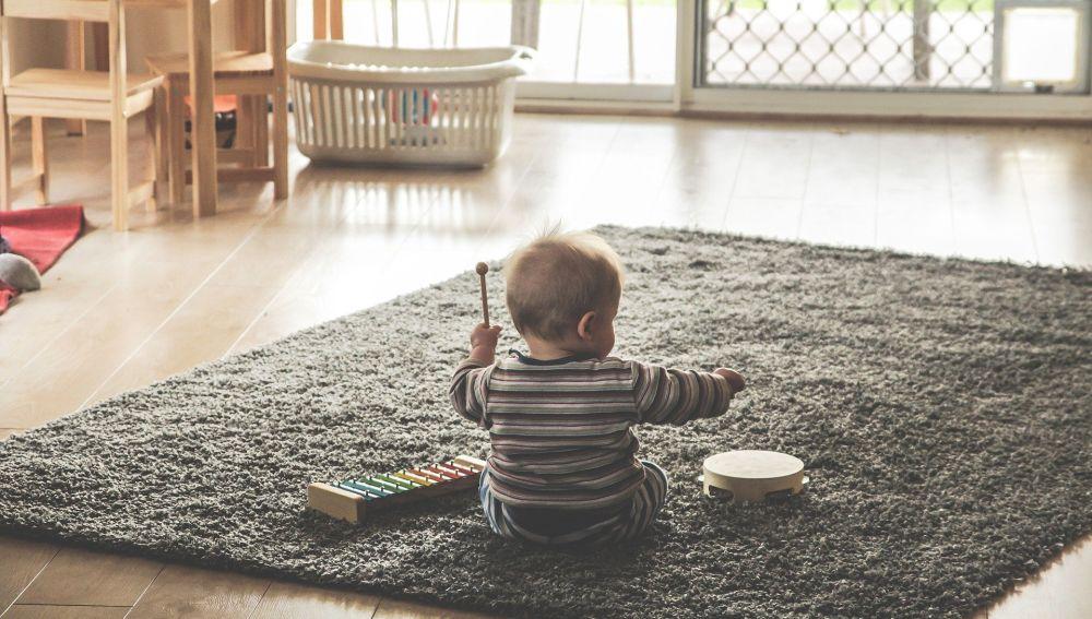 Un niño jugando en casa
