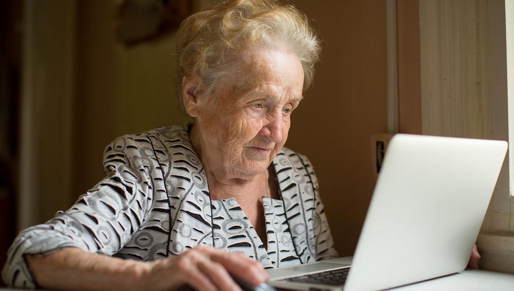 Persona mayor con ordenador