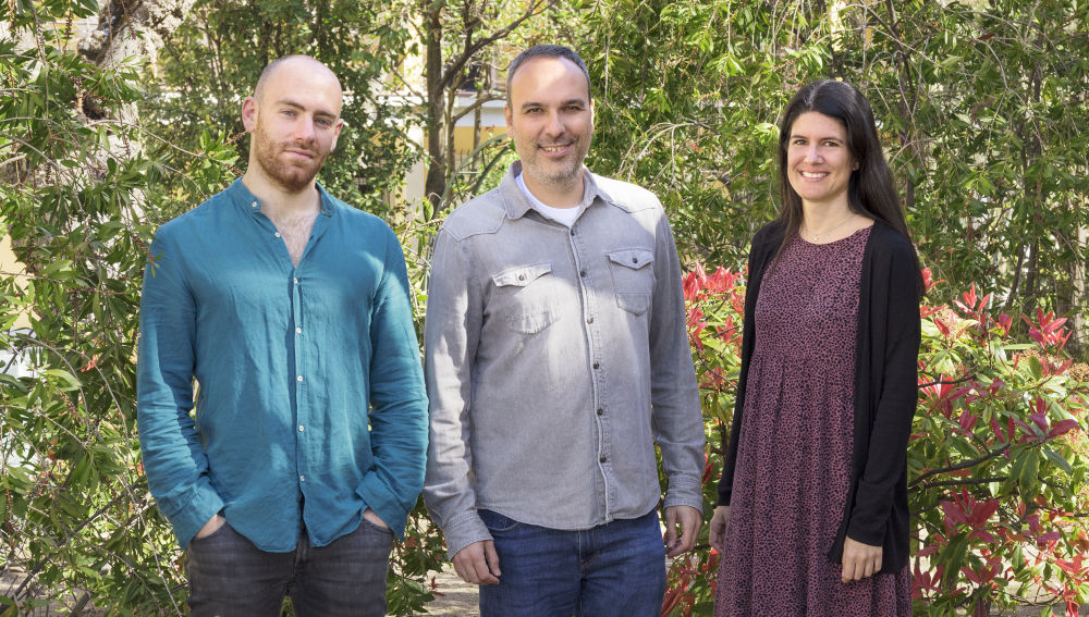 Felipe Cortés (en el centro), jefe del Grupo de Topología y Roturas del ADN del CNIO junto a los miembros de su equipo Ernesto López de Alba y Marta Muñoz Barrera