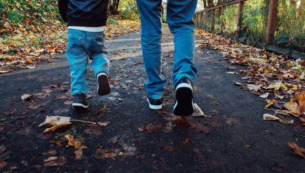 Un adulto y un niño paseando