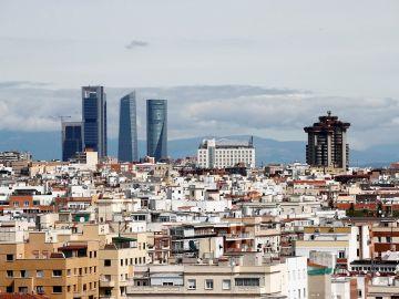 Vista de las Cuatro Torres con un cielo prácticamente limpio de contaminación debido al confinamiento en Madrid.