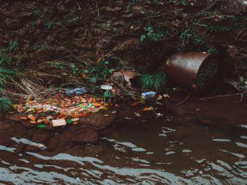 Residuos plásticos en un río