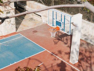 Cancha de baloncesto en un colegio