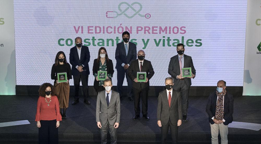 Foto de los premiados y entregadores en la VI edición de los Premios Constantes y Vitales