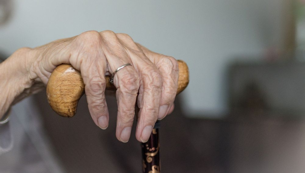 Anciana con un bastón