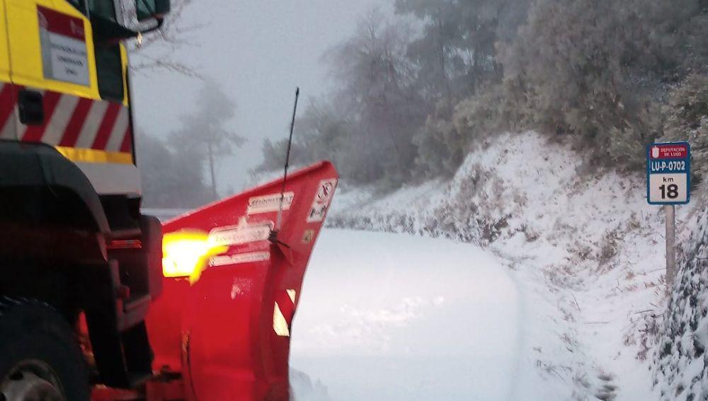96 operarios y 48 equipos de la Diputación despejan de nieve más de 80 carreteras de la provincia