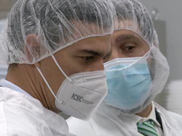 Imagen de Sánchez en un laboratorio
