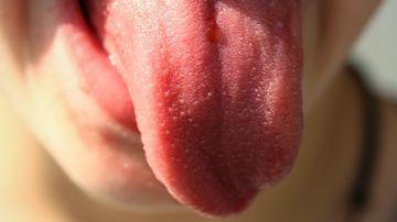 Imagen de archivo de una persona sacando la lengua
